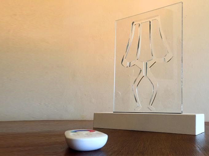 transparante lamp met gevreesde afbeelding van een lamp op houten voet